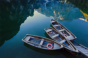 13 barche nel lago e montagna a riflessa 300x200 pixel